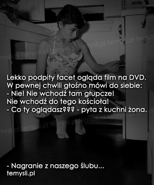 Lekko podpity facet ogląda film na DVD...